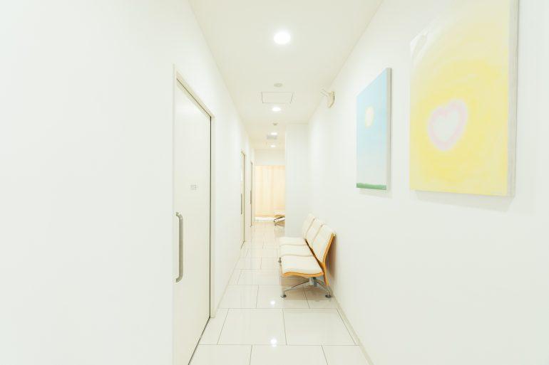みうら産婦人科医院 診察室廊下 岩手県盛岡市でホームページ制作はMIRAIZU